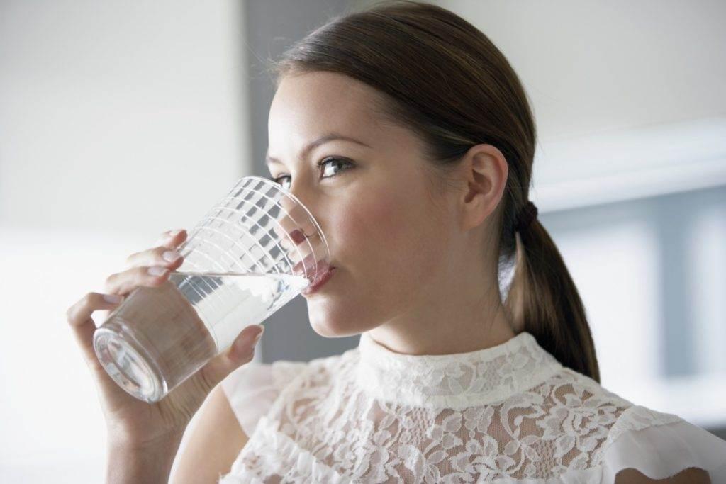пьёт воду от зубной боли