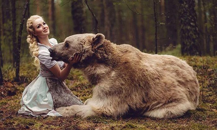 медведь и девушка