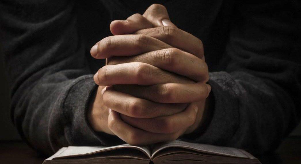 молится о деньгах