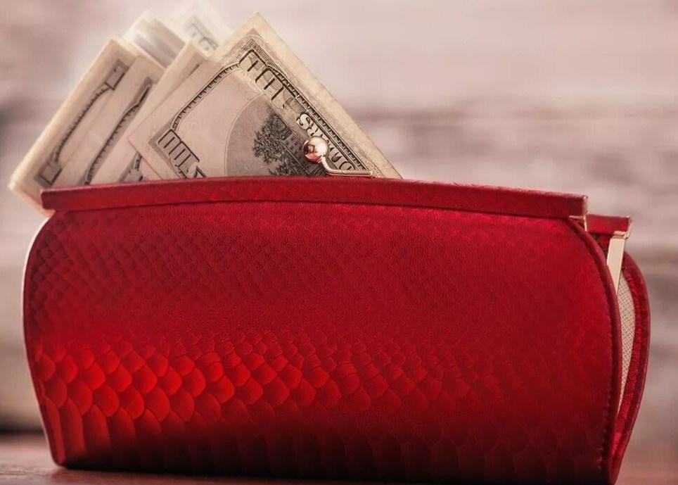 Что означает видеть во сне кошелек с деньгами: толкование сна по сонникам